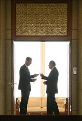 الأسد خلال دردشة مع سولانا بعد اجتماعهما في دمشق أمس.