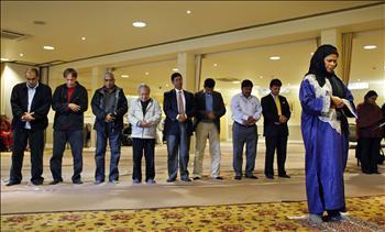 الدكتورة أمينة ودود تؤم المصلين في مركز أوكسفورد البريطاني