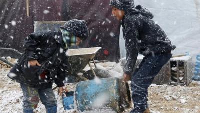 العاصفة القطبية تعمق معاناة اللاجئين السوريين في مخيمات لبنان