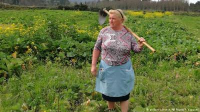 شبيهة الرئيس الأمريكي ترامب مزارعة في أسبانيا