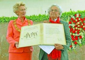 أدونيس يتسلم الجائزة من عمدة فرانكفورت