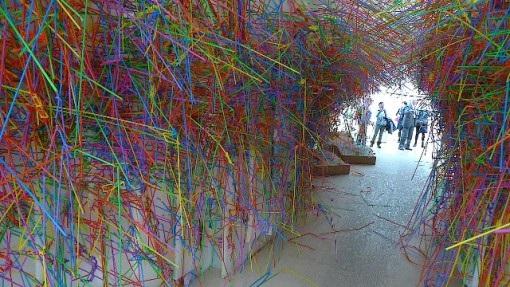 """(الصورة: في """"الأكاديمية الفنية الملكية"""" في لندن – ليس في أوكرانيا أو فنزويلا – مجرد قش بلاستيكي)"""