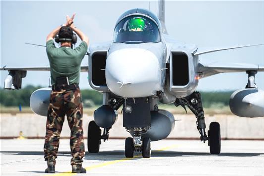 طائرة تابعة لسلاح الجو الهنغاري لدى عودتها من مناورات لـ«الناتو» أمس (أ ب أ)
